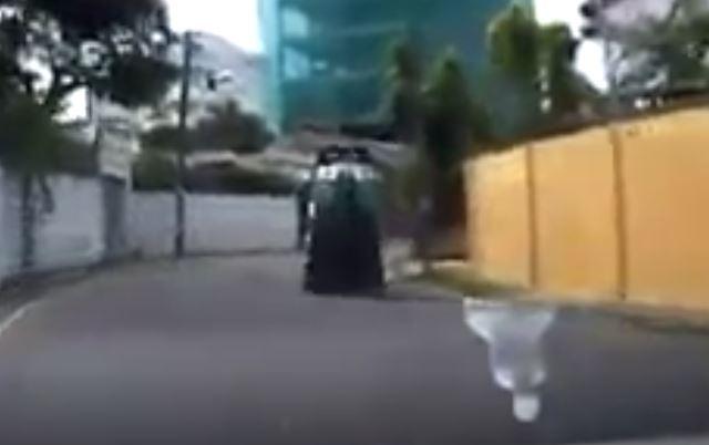 හදිසියේ උඩ ගිය ත්රීරෝද රථය (VIDEO)